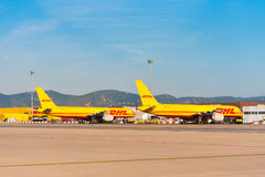 BARCELONA, SPANJE - AUGUSTUS 20, 2016: Gele vrachtvliegtuigen Boeing 757 van de logistiekkoeriersdienst DHL Exemplaarruimte voor  Stock Foto
