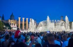 Barcelona, Spanje - Augustus 5, 2018: Het magische Fonteinlicht toont bij nacht naast Nationaal museum in Barcelona stock afbeelding