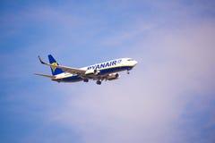 BARCELONA, SPANJE - AUGUSTUS 20, 2016: Het vliegtuig Ryanair in de blauwe hemel Exemplaarruimte voor tekst Stock Afbeeldingen