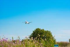 BARCELONA, SPANJE - AUGUSTUS 20, 2016: Het vliegtuig stijgt over de weide op De ruimte van het exemplaar Stock Fotografie