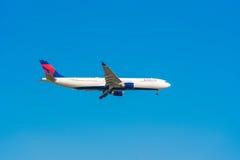 BARCELONA, SPANJE - AUGUSTUS 20, 2016: Het vliegtuig van de Amerikaanse luchtvaartlijndelta in de blauwe hemel Exemplaarruimte vo Stock Foto