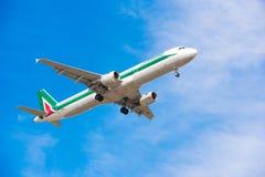 BARCELONA, SPANJE - AUGUSTUS 20, 2016: Het vliegtuig van de Italiaanse luchtvaartlijn in de blauwe hemel Exemplaarruimte voor tek Royalty-vrije Stock Afbeeldingen