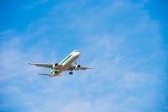 BARCELONA, SPANJE - AUGUSTUS 20, 2016: Het vliegtuig van de Italiaanse luchtvaartlijn in de blauwe hemel Exemplaarruimte voor tek Royalty-vrije Stock Fotografie