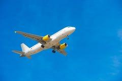BARCELONA, SPANJE - AUGUSTUS 20, 2016: Het vliegtuig Vueling vliegt over Barcelona Blauwe hemel Royalty-vrije Stock Foto