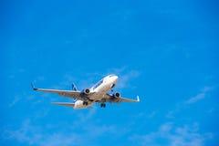 BARCELONA, SPANJE - AUGUSTUS 20, 2016: Tarom komt bij de luchthaven op programma aan Exemplaarruimte voor tekst Royalty-vrije Stock Afbeelding