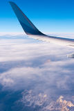 BARCELONA, SPANJE - Augustus 20, 2016: vleugel van passagiersvliegtuigen, een blauwe hemel, wolken en bergen Exemplaarruimte voor Royalty-vrije Stock Foto's