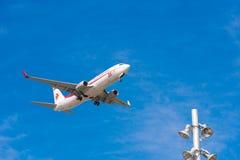 BARCELONA, SPANJE - AUGUSTUS 20, 2016: Vliegtuig in de hemel over Barcelona Exemplaarruimte voor tekst Royalty-vrije Stock Foto