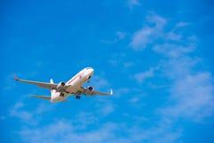 BARCELONA, SPANJE - AUGUSTUS 20, 2016: Vliegtuig in de hemel over Barcelona Exemplaarruimte voor tekst Stock Foto's