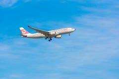 BARCELONA, SPANJE - AUGUSTUS 20, 2016: Vliegtuig van een Turkse luchtvaartlijn in een blauwe hemel Exemplaarruimte voor tekst Royalty-vrije Stock Afbeeldingen