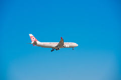 BARCELONA, SPANJE - AUGUSTUS 20, 2016: Vliegtuig van een Turkse luchtvaartlijn in een blauwe hemel Exemplaarruimte voor tekst Stock Fotografie