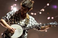 Winston stelt, banjospeler van Mumford en Zonen op Stock Foto