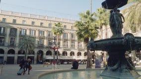 Barcelona, Spanje - circa November 2017: Fontein in centrum van cortline in Barcelona stock video