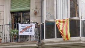 BARCELONA, SPANJE - FEBRUARI 2019 Close-up Balkon op het huis in Barcelona waar de vlaggen van Catalonië en protest stock footage