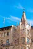 BARCELONA, SPANJE - FEBRUARI 16, 2017: De mooie bouw in het stadscentrum Concept met een blauwe achtergrond Exemplaarruimte voor  Stock Afbeelding