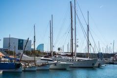 BARCELONA, SPANJE - FEBRUARI 12, 2014: Een mening aan een pijler met jachten bij de haven van Barcelona Stock Afbeeldingen