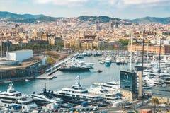 Barcelona, Spanje - 22 het Weergeven van April 2018 op de stad en de zeehaven Barceloneta met jachten van hoog punt stock foto's