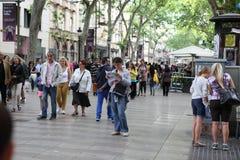 BARCELONA, SPANJE - JUNI 09: De straat van La Rambla op Juni, 2013 in Bedelaars Stock Foto
