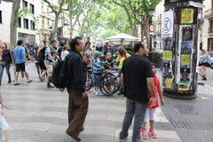 BARCELONA, SPANJE - JUNI 09: De straat van La Rambla op Juni, 2013 in Bedelaars Royalty-vrije Stock Foto