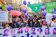 Barcelona, Spanje - 8 maart 2019: de kraaien van vrouwen verzamelen in het stadscentrum tijdens de dag van de vrouw voor betere r stock afbeelding