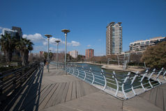 Barcelona, Spanje, Maart 2016: de moderne voetbrug in parcdiagonaal brengt met mening over moderne wolkenkrabbers in de war Stock Fotografie