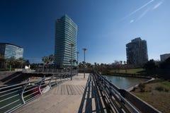 Barcelona, Spanje, Maart 2016: de moderne voetweg in parcdiagonaal brengt met mening over moderne wolkenkrabbers in de war Stock Foto