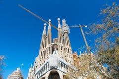 Barcelona, Spanje - Maart 30, 2016: Sagrada familia en kranen op blauwe hemel Basiliek en Expiatory Kerk van Heilige Familie Stock Afbeeldingen