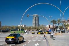 Barcelona, Spanje - Maart 30, 2016: stadskruispunt en zebrapad met verkeerslichten kruising Stedelijke Weg Stad Royalty-vrije Stock Afbeeldingen