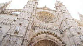 BARCELONA, SPANJE - mag, 2018: De gotische Katholieke Torenspitsen van de Kathedraalvoorgevel voorraad De Kathedraal van Barcelon stock videobeelden