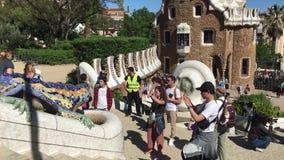 BARCELONA, SPANJE - MEI 2017: de mensen nemen foto's dichtbij het symbool van de hagedis van Barcelona met mozaïek wordt verfraai stock videobeelden