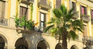 BARCELONA, SPANJE, 22 MEI, 2017: Het Plein Echt, beroemd vierkant van Barcelona met fontein en palmen stock videobeelden