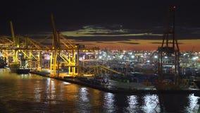 BARCELONA, SPANJE - NOVEMBER 09, 2018 - Containervrachtschepen en dokken met kranen die en goederen in 4K laden leegmaken stock videobeelden