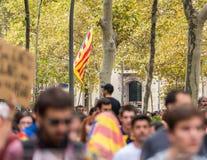 BARCELONA, SPANJE - OKTOBER 3, 2017: Demonstratiesystemen die Catalaanse vlag dragen tijdens protesten voor onafhankelijkheid in  Stock Foto