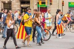 BARCELONA, SPANJE - OKTOBER 3, 2017: Demonstratiesystemen die Catalaanse vlag dragen tijdens protesten voor onafhankelijkheid in  Royalty-vrije Stock Foto