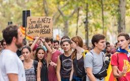 BARCELONA, SPANJE - OKTOBER 3, 2017: Demonstratiesystemen met een affiche tijdens de protesten in Barcelona Stock Foto