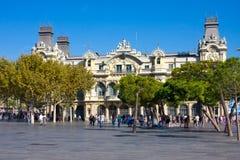 BARCELONA, SPANJE - OKTOBER 18, 2014: Toeristen dichtbij de oude de Havenautoriteitbouw van Barcelona, Haven DE Barcelona, bij de Stock Afbeelding