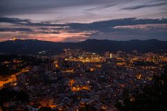 Barcelona stad som tänds upp på på natten Arkivfoto