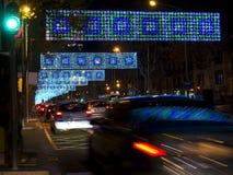 Barcelona-Verkehr unter Weihnachtsleuchten stockbild