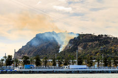 Barcelona Vista de la colina de Montjuic en el fuego el 13 de febrero de 2016 Montjuic es una de las vistas más importantes de Ba Fotos de archivo