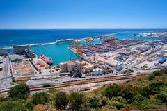 Barcelona Vista do porto e das docas de carga no porto com guindastes e os recipientes de carga multi-coloridos Imagem de Stock