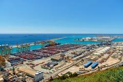 Barcelona Vista do porto e das docas de carga no porto com guindastes e os recipientes de carga multi-coloridos Fotografia de Stock