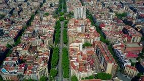 Barcelona-Wohnhäuser blockiert Muster und Hauptstraßevogelperspektive, Spanien Stockfotografie