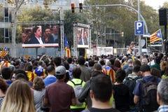 Barcelone, Catalogne, Espagne, le 27 octobre 2017 : les gens célèbrent le vote pour déclarer l'indépendance de Catalunya près de  images stock
