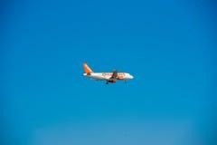 BARCELONE, ESPAGNE - 20 AOÛT 2016 : Avion d'Easyjet dans le ciel Copiez l'espace pour le texte photo libre de droits