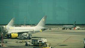 BARCELONE, ESPAGNE - AVRIL, 15, 2017 Casserole tirée d'un avion commercial de Vueling Airlines décollant à l'aéroport 4K banque de vidéos