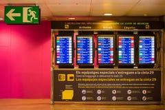 BARCELONE, ESPAGNE - 20 AVRIL 2017 : Conseil de l'information d'aéroport - affichage d'arrivée et de départ Photographie stock