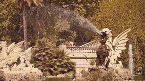 BARCELONE, ESPAGNE - AVRIL, 15, 2017 Monument et fontaine de créature d'imagination en parc de ville vidéo 4K banque de vidéos