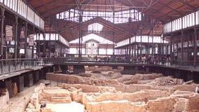 BARCELONE, ESPAGNE - AVRIL, 15, 2017 Restes d'une ville antique Centre culturel né d'EL vidéo du steadicam 4K banque de vidéos