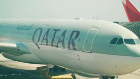 BARCELONE, ESPAGNE - AVRIL, 15, 2017 Tir en gros plan de casserole de l'embarquement d'avion de ligne de Qatar Airways Airbus à l clips vidéos