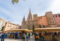 BARCELONE, ESPAGNE - 16 FÉVRIER 2017 : Foire près de la cathédrale de la croix et du St saints Eulalia Copiez l'espace pour le te Image libre de droits