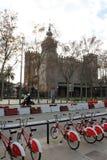 Barcelone, Espagne, janvier 2017 Transport-bicyclettes qui respecte l'environnement se garantes sur la rue de ville images libres de droits